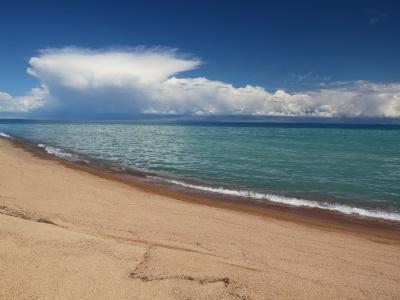 Снежные горы и золотые пески Иссык-Куля